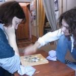 В Чайном клубе, хозяйка играет с гостьей из Москвы